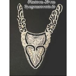 Col plastron argent en 25 cm, encolure en sequin noir et perles blanches