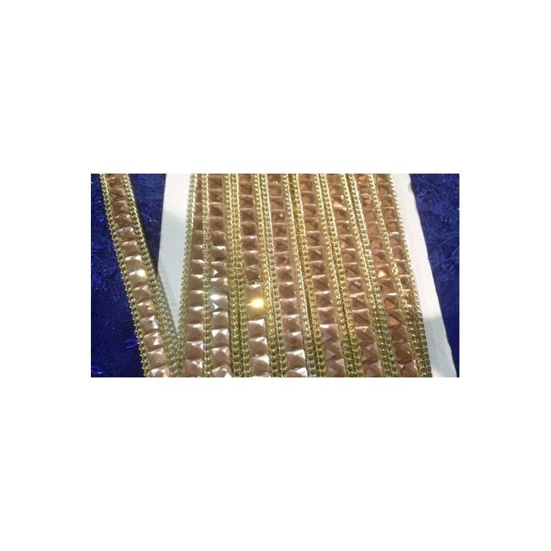 Galon strass au mètre en cristal carré de 15 mm orné de chaine doré.