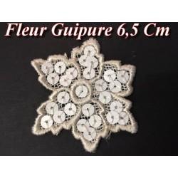 Fleur En Guipure Dentelle Orné de Sequins Blancs, Customisations Et Décorations.