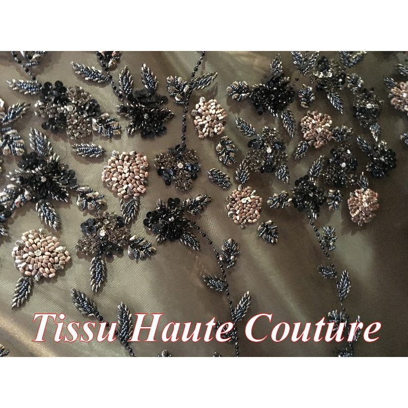tissu en perles et strass haute couture sur un support en r sille tulle noir. Black Bedroom Furniture Sets. Home Design Ideas