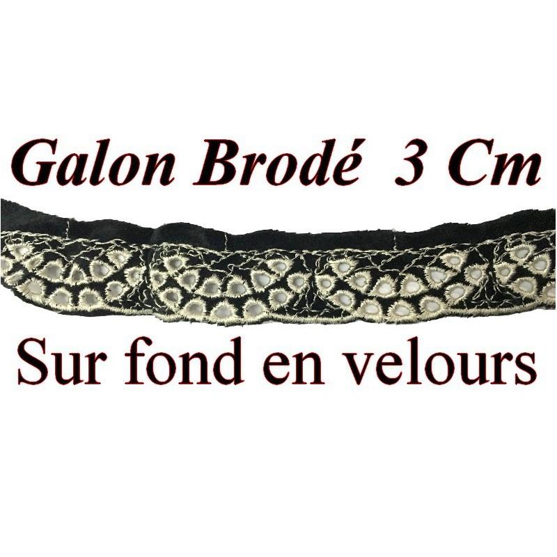 Dentelle Brodé En 3 Cm Ajouré En Ecru sur fond en velours Noir Pour Lingerie Et Customisations.