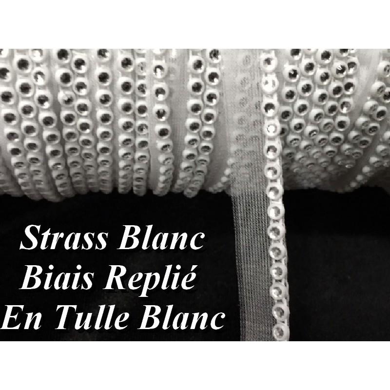 Galon Fil Strass Au Mètre Sur Un Support En Biais Replié Sur Tulle Blanc A coudre Pour Décoartions Et Loisirs Créatifs.