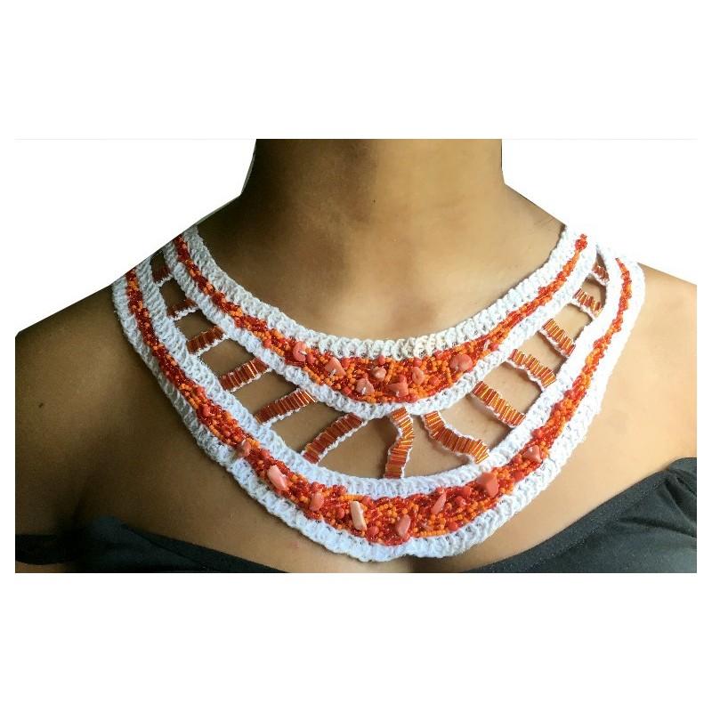Col à coudre écru en perles rouge et orange