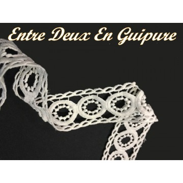 https://www.syagemercerie.fr/7318-thickbox/galon-dentelle-guipure-au-metre-en-4-cm-blanche-en-entre-deux-pour-customisations-et-decorations.jpg