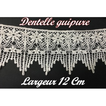 https://www.syagemercerie.fr/7328-thickbox/galon-dentelle-guipure-au-metre-en-12-cm-blanc-en-motifs-fleurs-pour-customisations-et-decorations.jpg