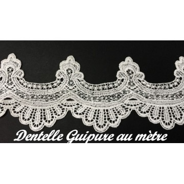 https://www.syagemercerie.fr/7335-thickbox/galon-dentelle-guipure-au-metre-en-11-cm-blanc-festonne-pour-customisations-et-decorations.jpg