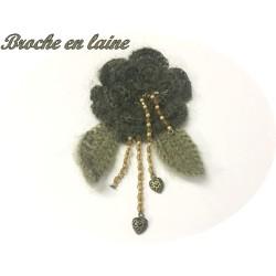 Broche En Lainage Couleur Kaki Avec Des perles En Franges Pour Décorations Et Customisations.