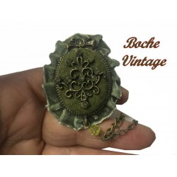 Broche Vintage En Kaki Avec Strass Sur Un Support En Tissu Daim Orné Avec Un Motif Métal Bronze Pour Customisations.