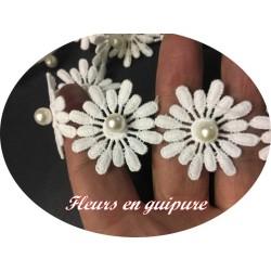 Galon Guipure Marguerite Au Mètre En Blanc Orné De Perles Pour Robes de Mariages, Cérémonies et Customisations De vetements.