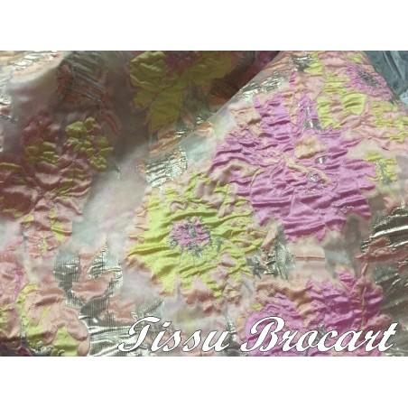Tissu Brocart  Couture En Motifs Fleurs FLoqués Couleur Fuschia Jaune Et Argent Imprimés  Pour Robes, Tailleurs Et Caftans.