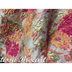 Tissu Brocart Couture En Motifs Fleurs FLoqués Couleur Fuschia Saumon Et Fleurs Doré Or Pour Robes, Tailleurs Et Caftans.