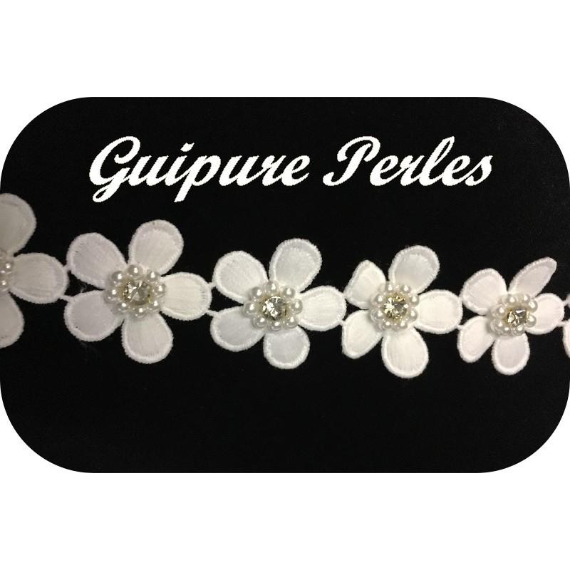 Guipure Marguerite Au Mètre En Blanc Orné De Perles Et Strass Pour Robes de Mariages, Cérémonies et Décorations