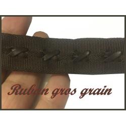 Ruban Gros Grain Au mètre Noir Avec Attaches Ficelle Simili Cuir A Coudre Pour Loisirs Créatifs Et Décorations.