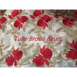 Tissu Brodé Couture Sur Tulle Résille Chair Avec Des Motifs Fleurs Rouge et Doré Or.