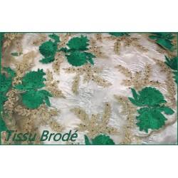 Tissu Brodé Couture Sur Tulle Résille Chair Avec Des Motifs Fleurs Vert Emeraude et Doré Or.