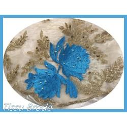 Tissu Brodé Couture Sur Tulle Résille Chair Avec Des Motifs Fleurs Bleu Indigo et Doré Or.